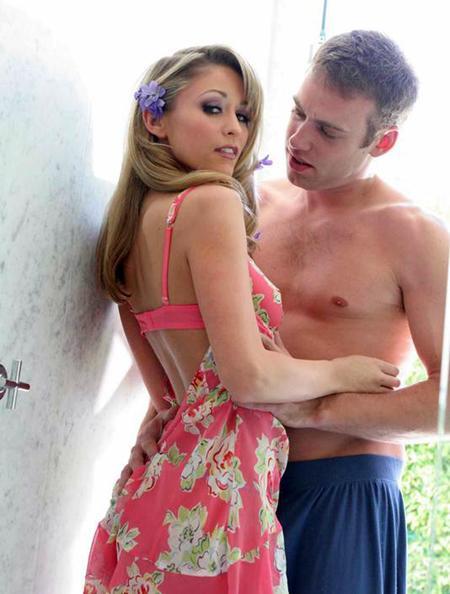 Задрав платье насадил блондинку на свой хер