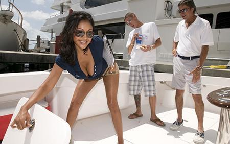 Мулатка отрабатывает на яхте